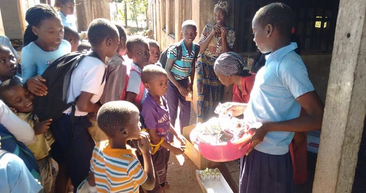 Tropigália donates food products in Mangundze